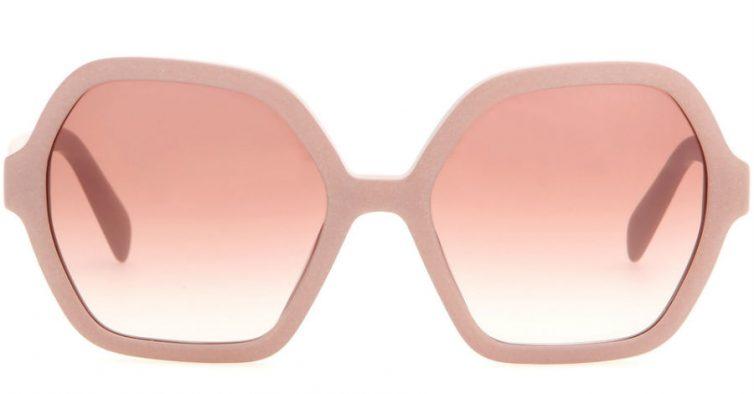 e6020b514 Uns óculos girly à venda no site Mytheresa. Também disponíveis em castanho  e bege.