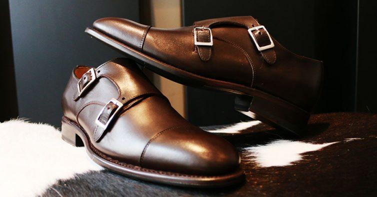 d1903f16f Estes sapatos de homem têm duas fivelas de lado e existem também em castanho  mais escuro.