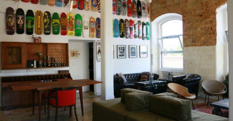 O primeiro hostel da LX Factory tem pranchas de skate e camas em cubículos cbfc0d07ba7