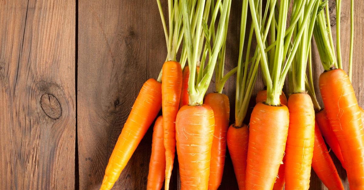 A cenoura é rica em b-caroteno, um antioxidante poderoso presente em alimentos cor de laranja.