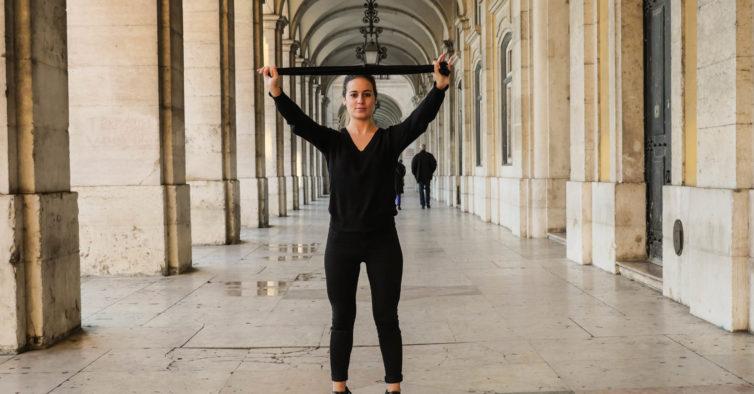 Exercícios para conseguir andar de saltos altos (e não sofrer horrores)