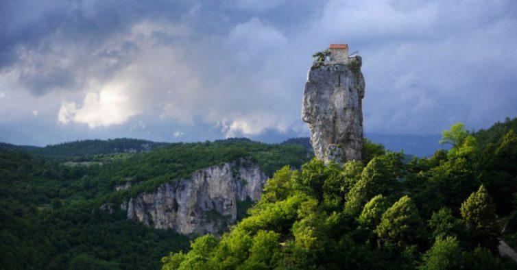 Dünyanın en yalnız manastırı ve onun sadık rahibi