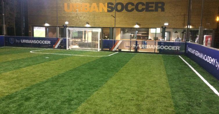 Há um novo espaço de futebol 5 — com uma academia do Paris Saint-Germain