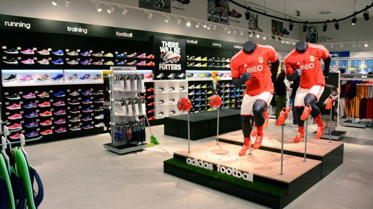 8f3920302ee9b Normalmente, a loja da Adidas no Designer Outlet Algarve tem promoções até  aos 70%. Em altura de saldos, o mais recente centro comercial do sul do  País não ...