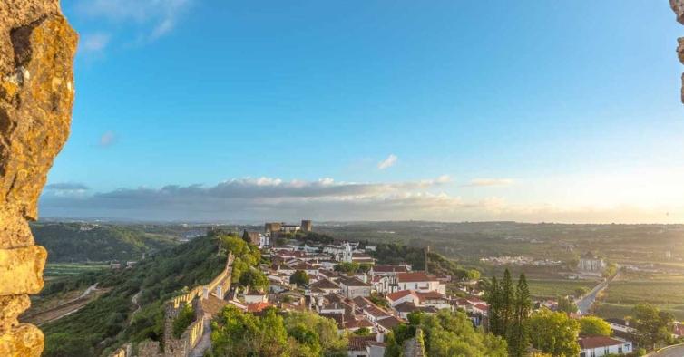 Esta caminhada incrível acaba ao pôr do sol nas muralhas do castelo de Óbidos
