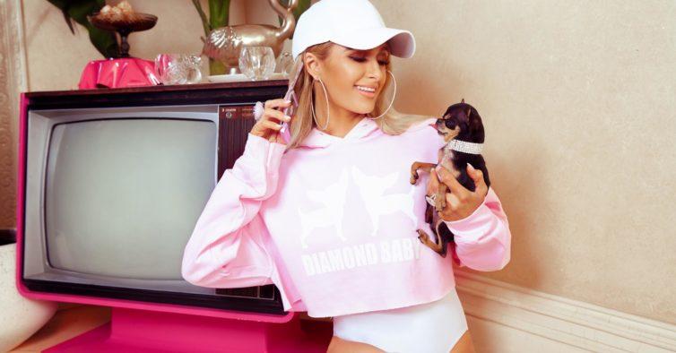 8e076d9d5 Paris Hilton lança coleção para fãs se vestirem como ela — só que a ...