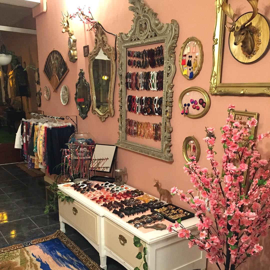 28699b5e7d3 A nova loja do Porto tem roupa e acessórios vintage a partir de 1€
