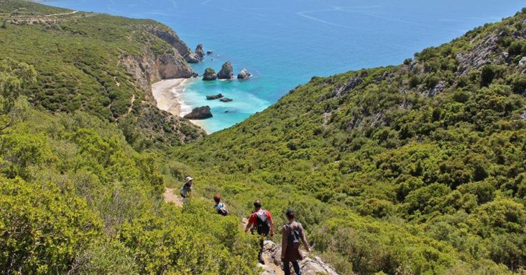 Esta caminhada vai ter a uma praia secreta e pode dar um mergulho e732ff75b5917