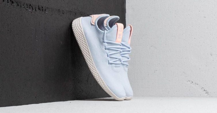 b762512d646 As sapatilhas da Adidas criadas por Pharrell Williams estão a metade do  preço