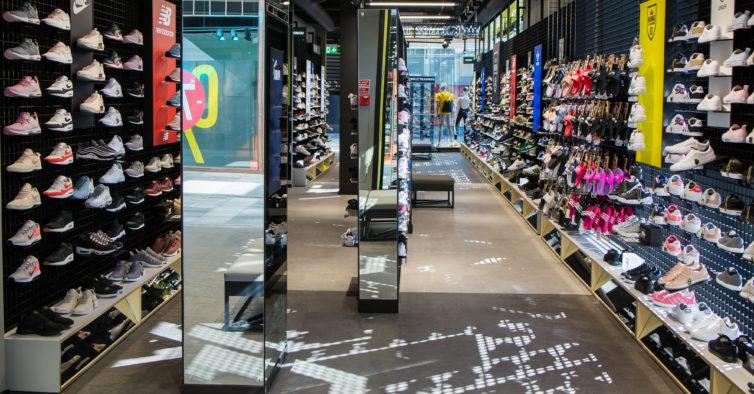 620ae784a72 Algarve recebe nova loja com centenas de sapatilhas da moda