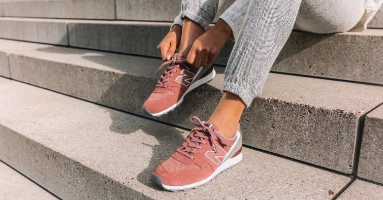 5db31a17440 11 sapatilhas bem giras da New Balance e que estão mais baratas (desde 49€)