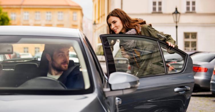 Sabe o que querem dizer os dísticos TVDE que vê em centenas de carros?