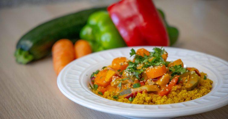 A receita perfeita para um jantar de família? Este fricassé de legumes com quinoa