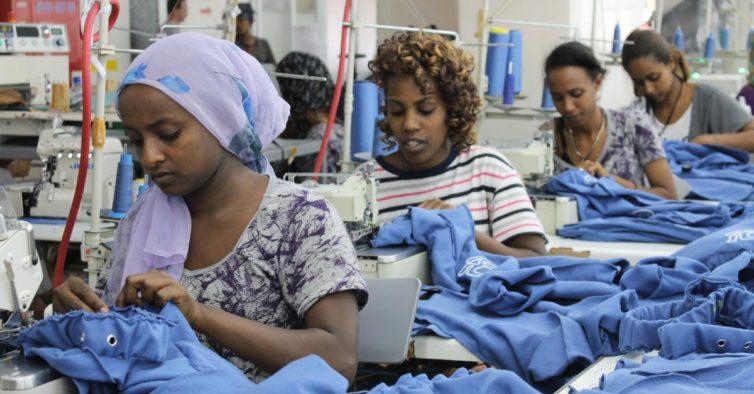 28b1b8075 Fábricas na Etiópia que fazem roupa para H&M e GAP pagam 23€ por mês a  funcionários