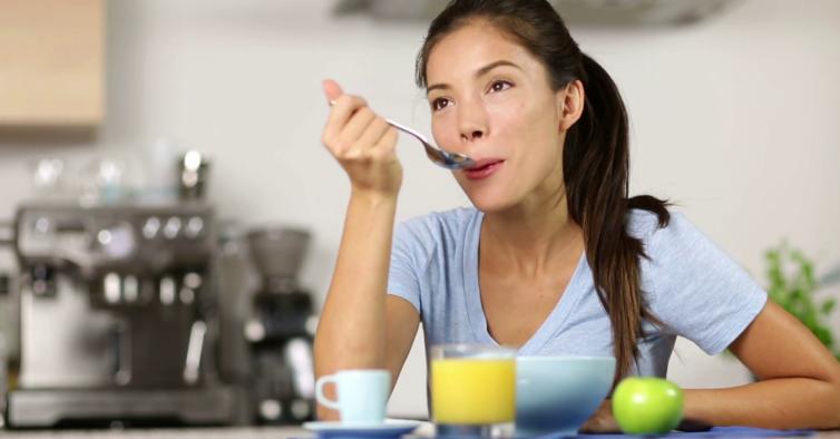Tomar o pequeno-almoço em casa