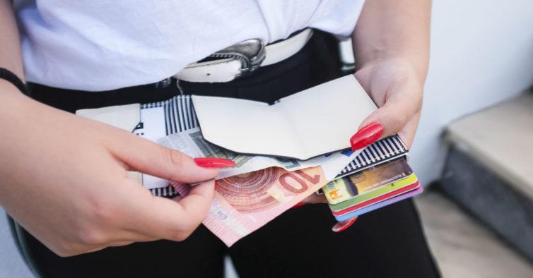 Os porta-cartões e moedas que vão dar jeito nestas férias de verão