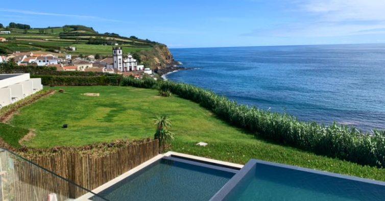 O novo hotel dos Açores tem uma piscina infinita sobre o oceano