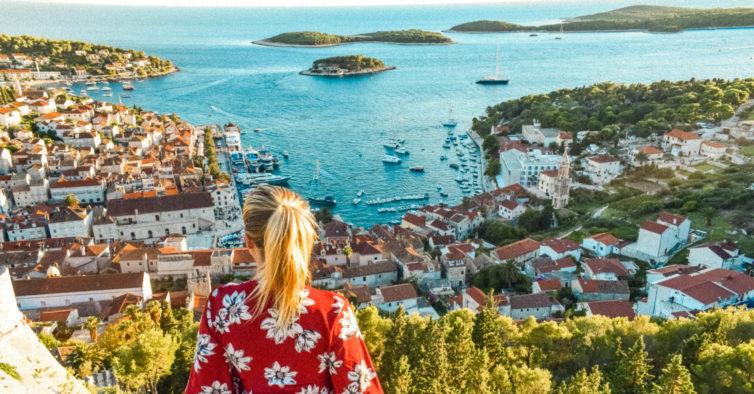 Esta ilha na Croácia é um beach club gigante com festas de manhã até à noite