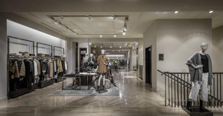 Com esta saia brilhante da Massimo Dutti pode ir do trabalho para uma festa