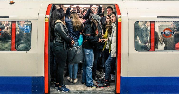 Reino Unido: devia ser proibido comer nos transportes públicos?