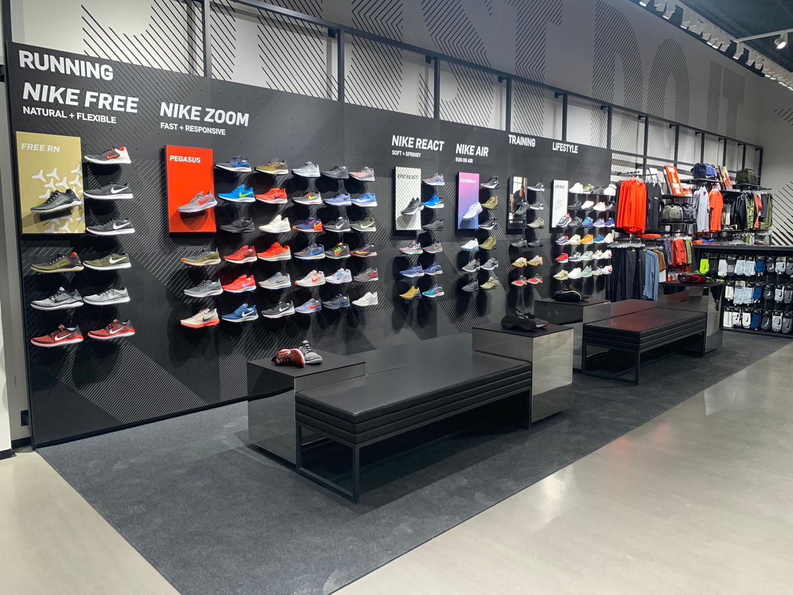 As novas sapatilhas da Nike são insólitas: têm água benta e