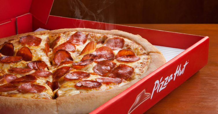 A nova pizza da Pizza Hut é gigante, tem 12 fatias e só custa 9€