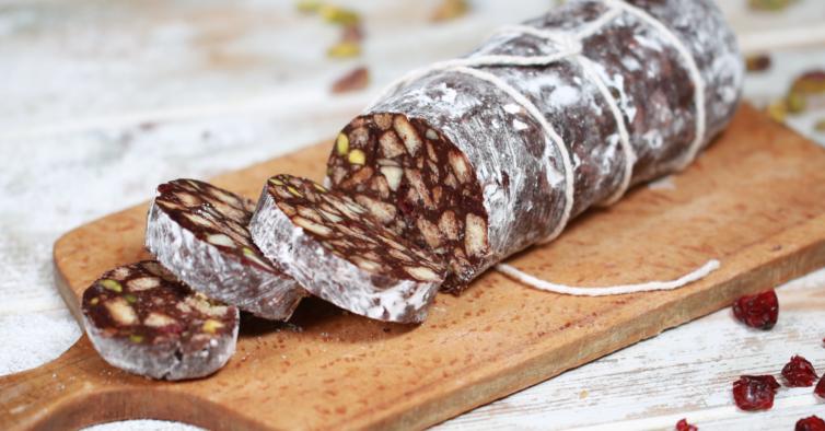 Só precisa de 4 ingredientes para fazer este salame de chocolate vegan delicioso