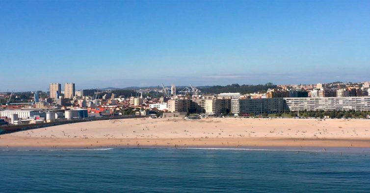 Estúdio de ioga oferece aula a quem ajudar a limpar a praia de Matosinhos