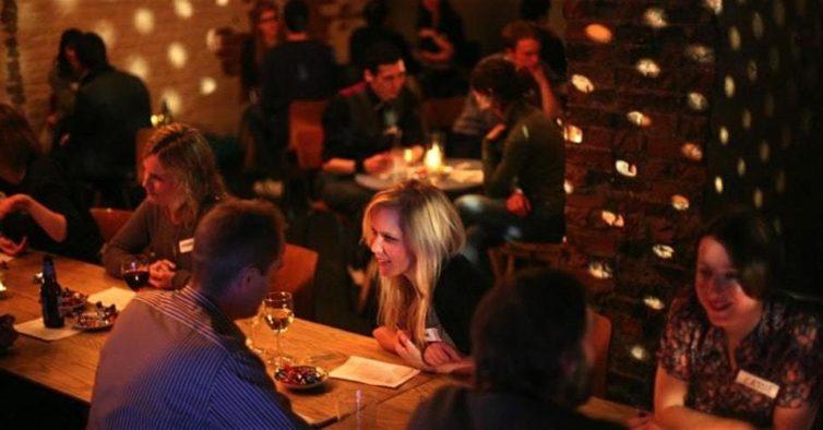 Sem Valentim: há uma festa só para solteiros na véspera do Dia dos Namorados