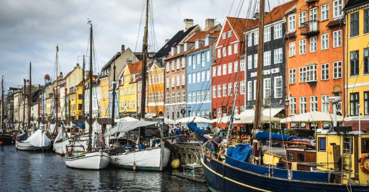 Passe pelas casas coloridas no porto da cidade