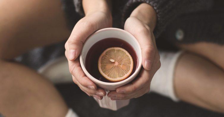 O melhor chá para acalmar os nervos faz-se com um ingrediente que tem em casa