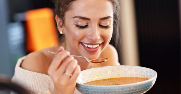 6 coisas que devia estar a fazer às refeições para conseguir emagrecer