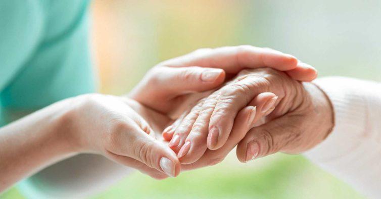 Prós e contras da eutanásia: dois médicos defendem posições opostas