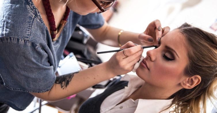 Há aulas de maquilhagem gratuitas por todo o País — e dão descontos