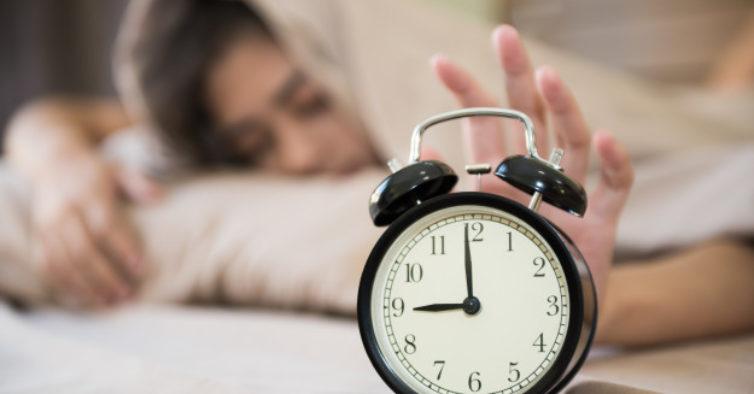 Associação alerta para riscos da mudança da hora durante o isolamento
