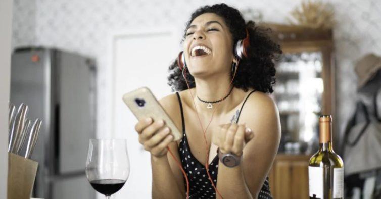 Tudo o que precisa de saber para organizar uma dinner party virtual