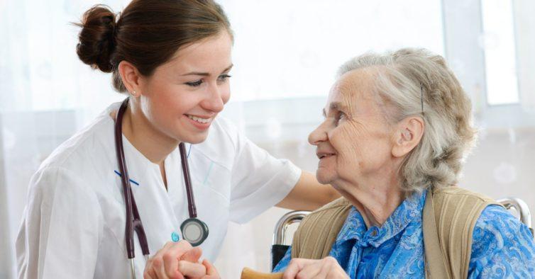 O projeto que junta voluntários a instituições de idosos que precisam de ajuda