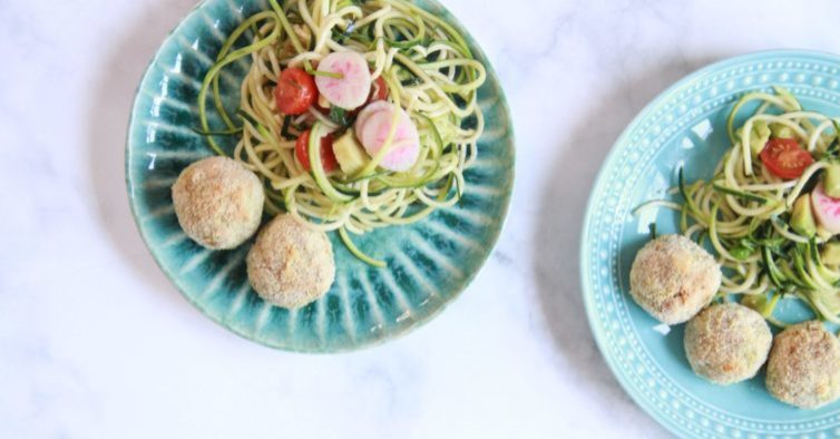 Croquetes de tofu com noodles de courgette