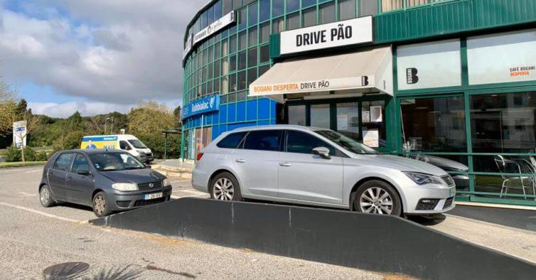 Abriu em Portugal um drive-thru de pão onde compra tudo sem sair do carro