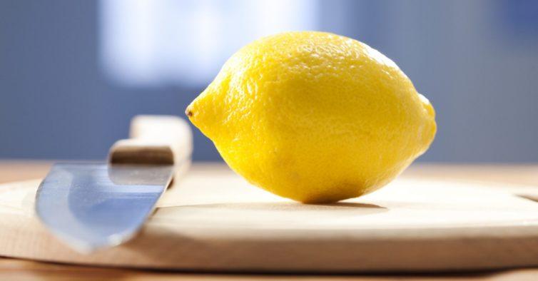 O truque viral para espremer um limão sem o cortar ao meio