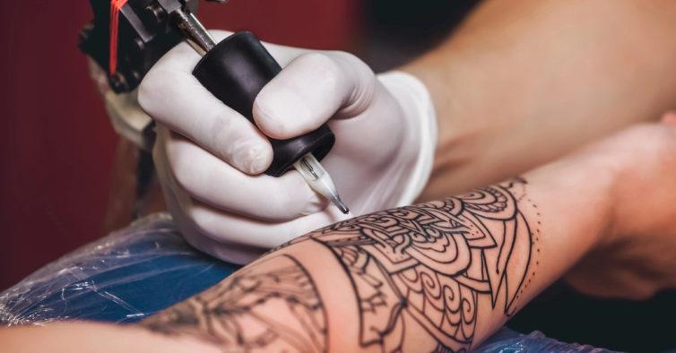 Foi entregue uma petição para os estúdios de tatuagens reabrirem rapidamente