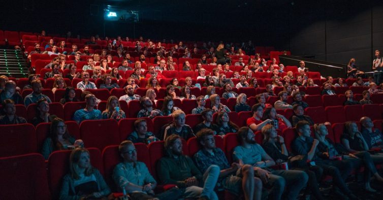 Cinemas só querem reabrir em julho — porque não têm filmes novos para exibir