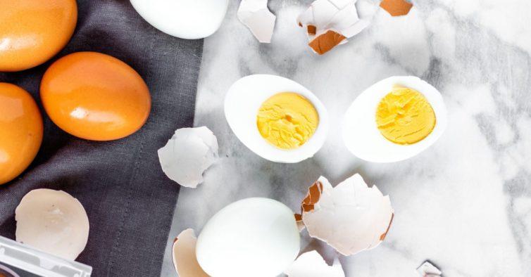 O truque viral para tirar a casca ao ovo cozido em segundos