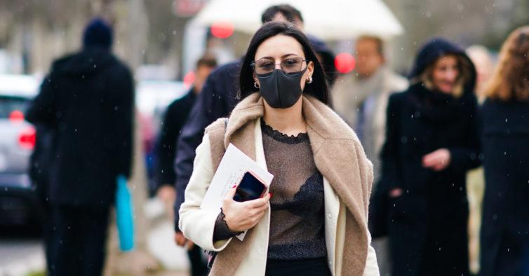 Maquilhar as máscaras de proteção: a novidade mais perigosa do Instagram