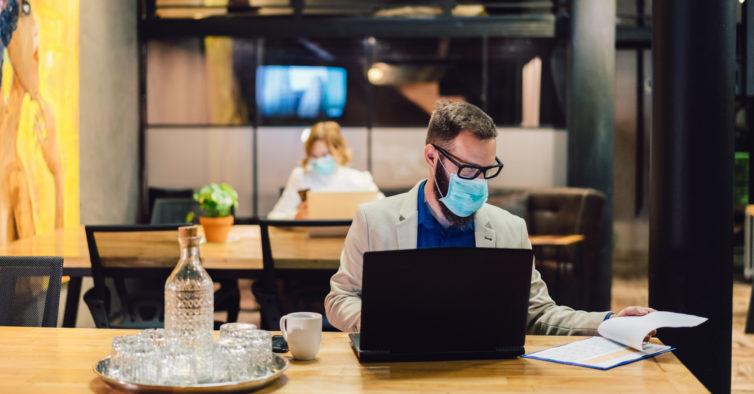 Tudo o que deve fazer no local de trabalho para evitar o contágio por Covid-19