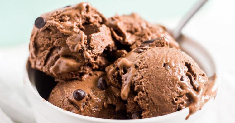 O maravilhoso gelado de chocolate que se faz com 2 ingredientes
