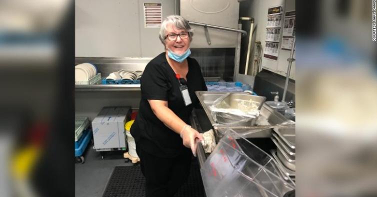 Esta mulher foi lavar pratos só para poder abraçar o marido durante a pandemia