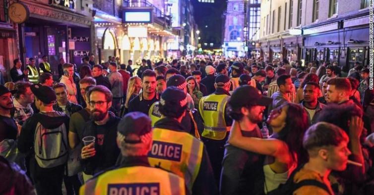 Bares em Inglaterra reabriram com multidões, bebida e nenhum distanciamento social