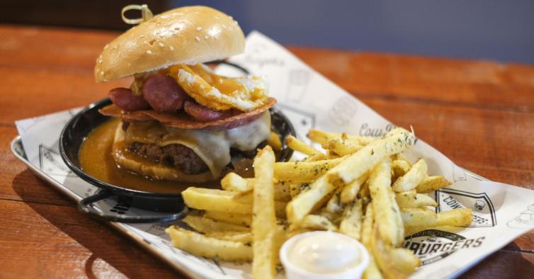 No novo desafio de Lisboa tem comer um hambúrguer gigante em menos de 30 minutos