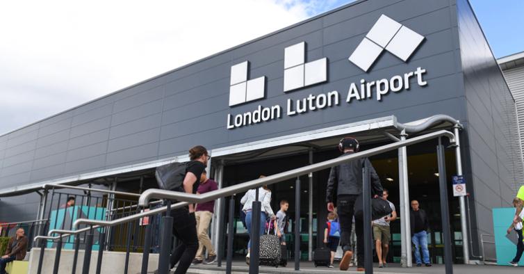 Passageiros portugueses estão a passar sem controlo nos aeroportos londrinos